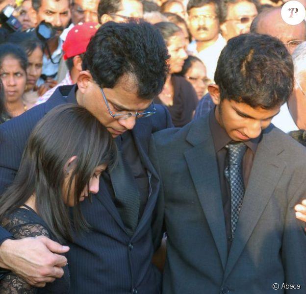 Les obsèques de Jacintha Saldhana, ont eu lieu en présence de son époux Benedict Barboza, son fils de 16 ans, Junal, et sa fille de 14 ans, Lisha, dans la ville de Shirva, dans le Sud-Ouest de l'Inde, le 17 décembre 2012.