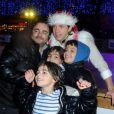 Philippe Candeloro et les enfants sur la patinoire de Charenton avec sa troupe Candeloro Show Company pour présenter son spectacle  Dancing on Ice  le 19 décembre 2012.