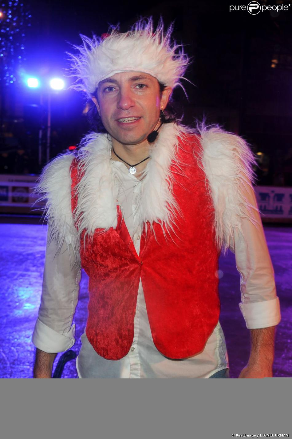 Philippe Candeloro en Père Noël sur la patinoire de Charenton avec sa troupe Candeloro Show Company pour présenter son spectacle  Dancing on Ice  le 19 décembre 2012.