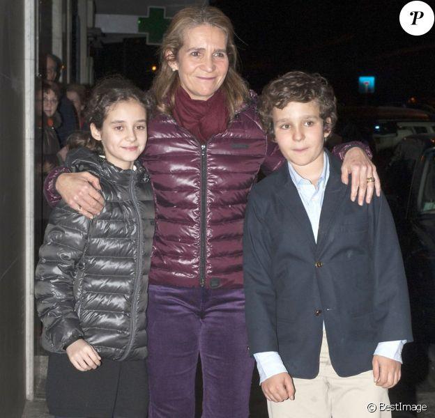 L'infante Elena d'Espagne avec ses enfants Victoria et Felipe pour fêter son 49e anniversaire, à Madrid le 20 décembre 2012