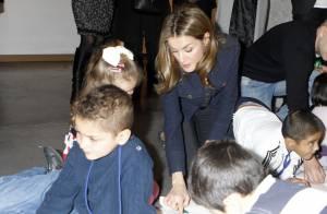 Letizia d'Espagne : Au Salon du livre jeunesse, elle teste tous les ateliers !