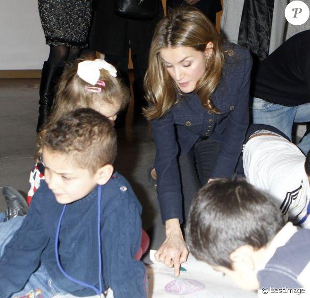 Letizia d'Espagne en plein atelier au 36e Salon du livre jeunesse de Madrid, le 21 décembre 2012.
