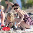 Ashlee Simpson et son fils Bronx Wentz en vacances sur la plage de Oahu à Hawai, le 29 décembre 2012.