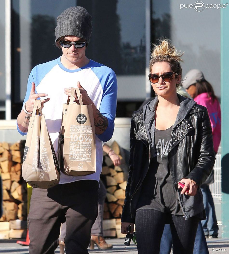 Ashley Tisdale et son boyfriend Christopher French après leur séance de course à Whole Foods à West Hollywood le 3 janvier 2012