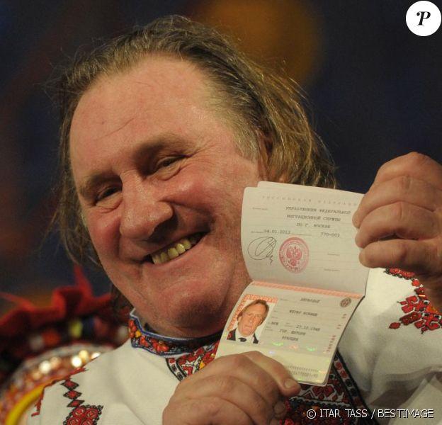 Gérard Depardieu, en costume traditionnel, exhibe fièrement son nouveau passeport russe à Saransk le 6 janvier 2013.