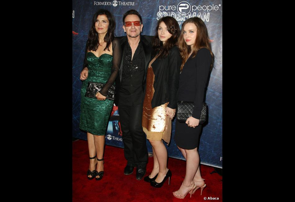 bono entour e de sa femme alison hewson et ses filles jordan et eve broadway le 14 juin 2011. Black Bedroom Furniture Sets. Home Design Ideas