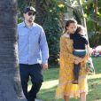 Joel Madden aux côtés de Nicole Ricchie, Sparrow bien blotti dans ses bras, devant leur hôtel à Beverly Hills, le 19 janvier 2013.