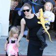 Angelina Jolie et ses nombreux enfants Shiloh, Knox et Vivienne, font du shopping pour Halloween à Sherman Oaks, le 28 octobre 2012.