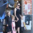 Angelina Jolie accompagnée de ses enfants Shiloh, Knox et Vivienne, font du shopping pour Halloween à Sherman Oaks, le 28 octobre 2012.