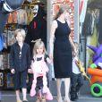 Angelina Jolie et ses enfants Shiloh, Knox et Vivienne, font du shopping pour Halloween à Sherman Oaks, le 28 octobre 2012.
