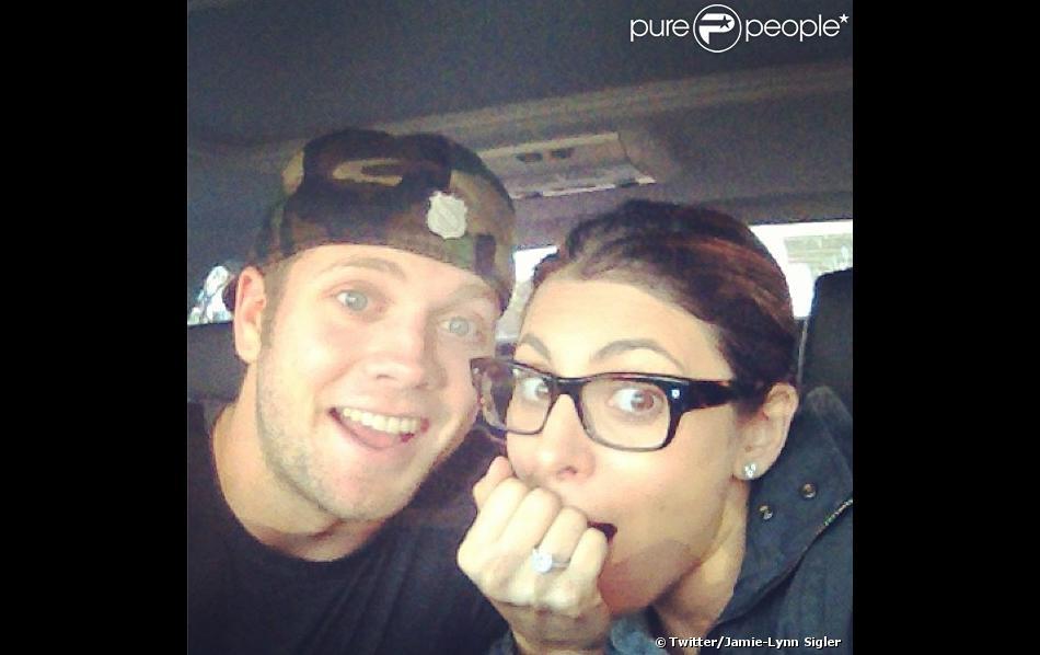 Jamie-Lynn Sigler pose avec son fiancé Cutter Dykstra, sut Twitter, le 28 janvier 2013.