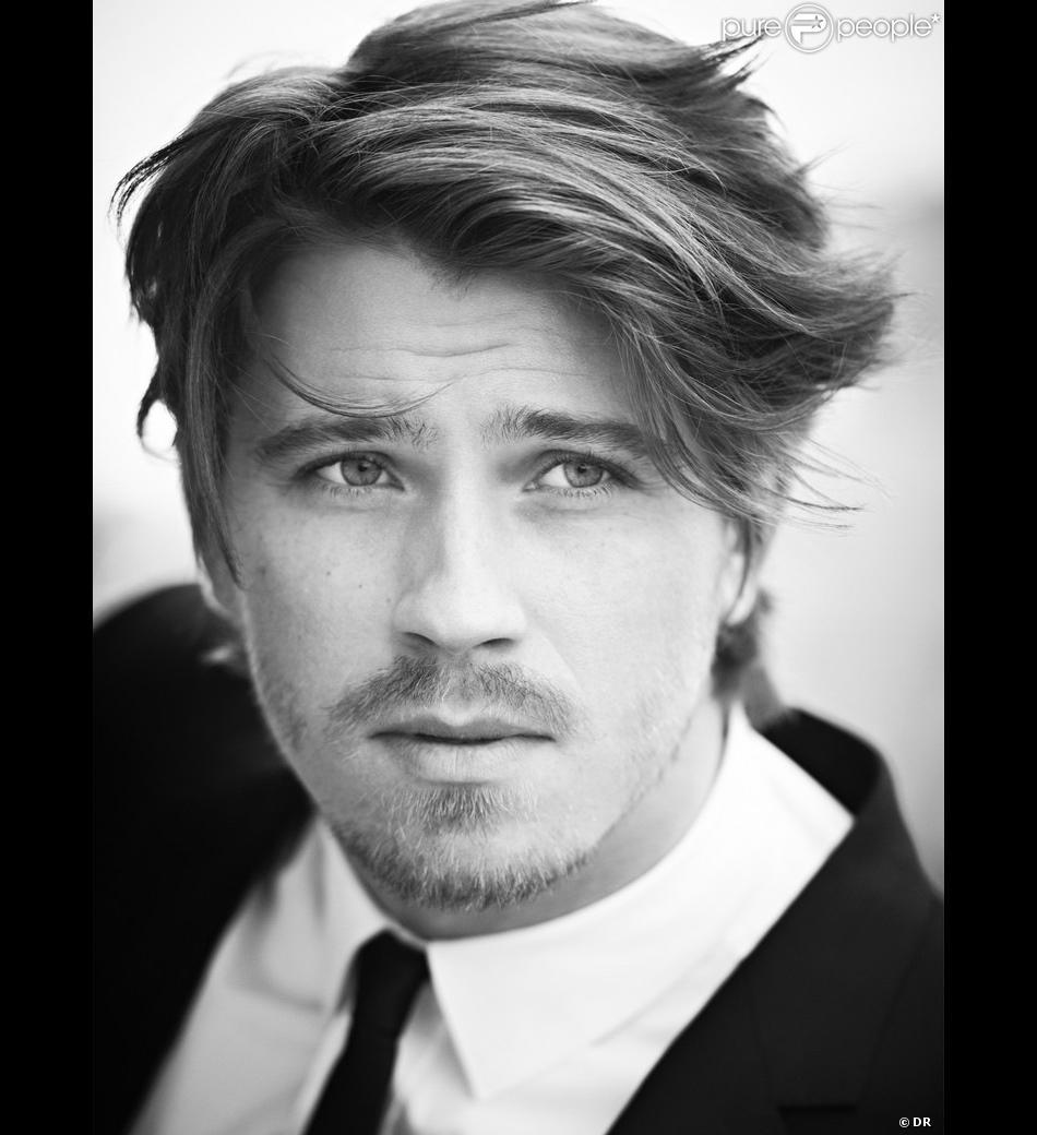 Garrett Hedlund, acteur américain de 28 ans, devient le nouveau visage du parfum La Nuit de l'Homme d'Yves Saint Laurent.