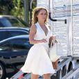 Jennifer Love Hewitt superbe en robe blanche le plateau de tournage de sa série The Client List, le 31 janvier 2013