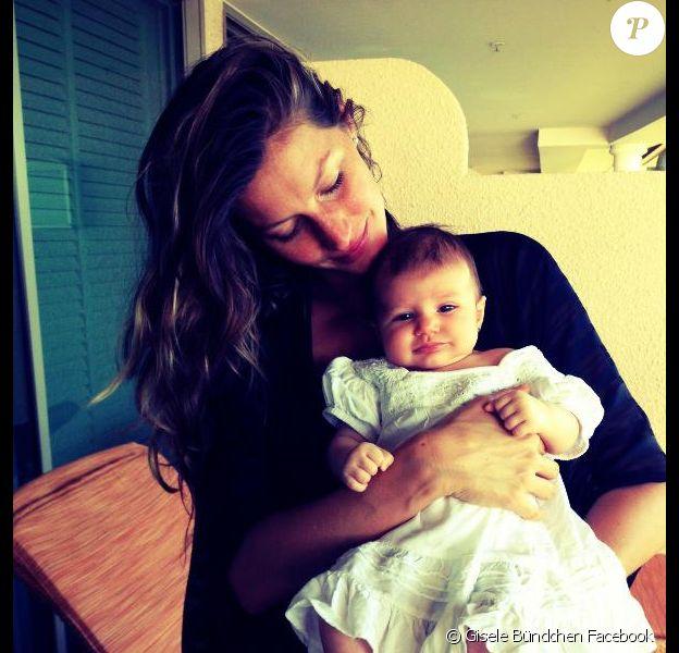 Gisele Bündchen a posté sur son compte Facebook une photo d'elle et de sa fille Vivian. Février 2013.