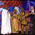 Amadou et Mariam récompensés lors de la cérémonie des Victoires de la Musique pour l'album des musiques du monde, sur France 2 le 8 février 2013. Youssou N'Dour leur remet le trophée.