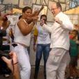 Le prince Albert de Monaco dansant la samba lors de sa visite à Nova Iguaçu, dans l'Etat de Rio de Janeiro, au Brésil, le 8 février 2013.