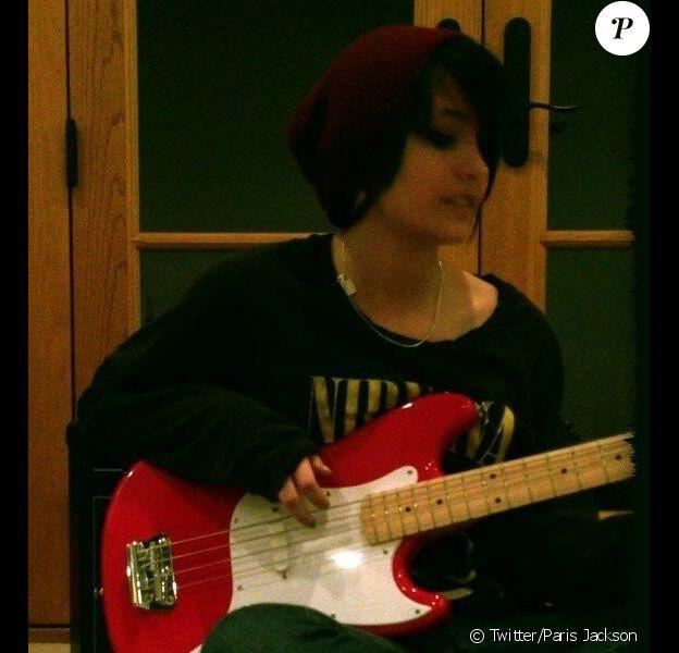 Paris Jackson pose avec sa guitare et son pull au motif de Nirvana, le 18 février 2013 sur Twitter.