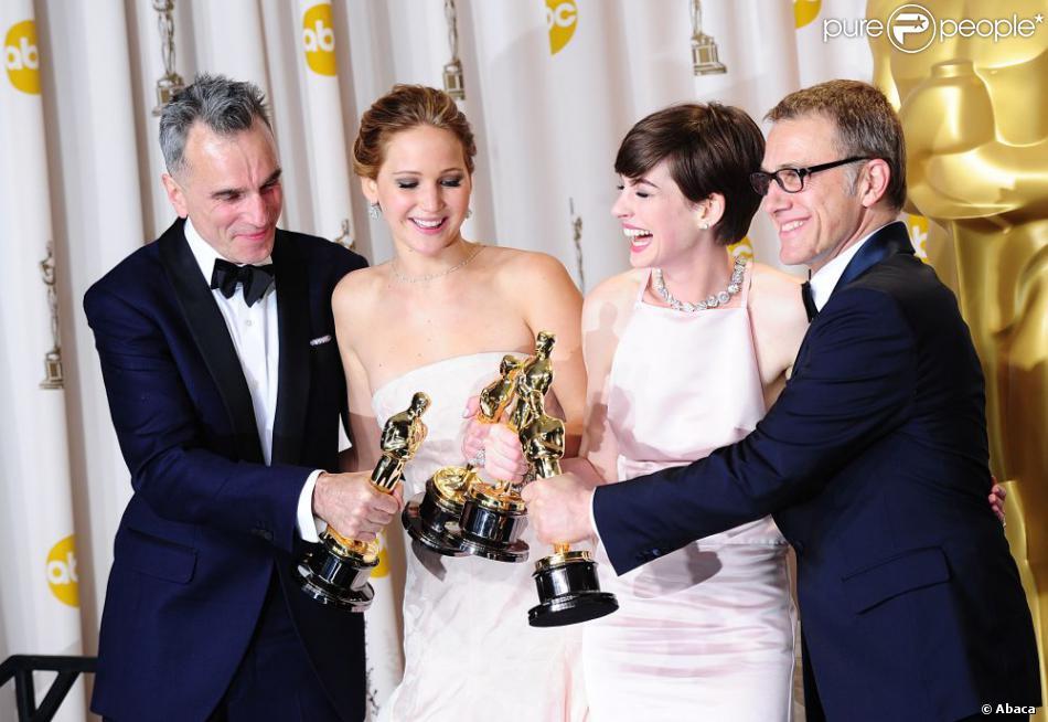 Daniel Day-Lewis, Jennifer Lawrence, Anne Hathaway et Christoph Waltz posent avec leurs statuettes lors de la 85e cérémonie des Oscars au Dolby Theatre de Los Angeles, le 24 février 2013.