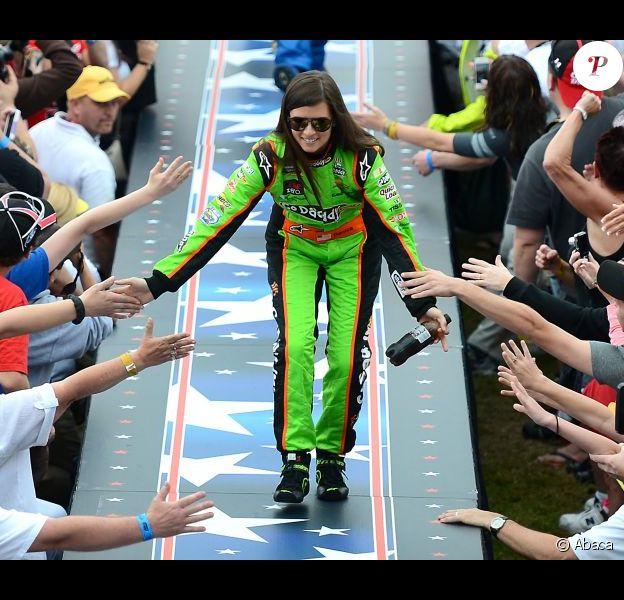 Danica Patrick au milieu des fans lors de sa présentation sur la course des 500 miles de Daytona le 24 février 2013