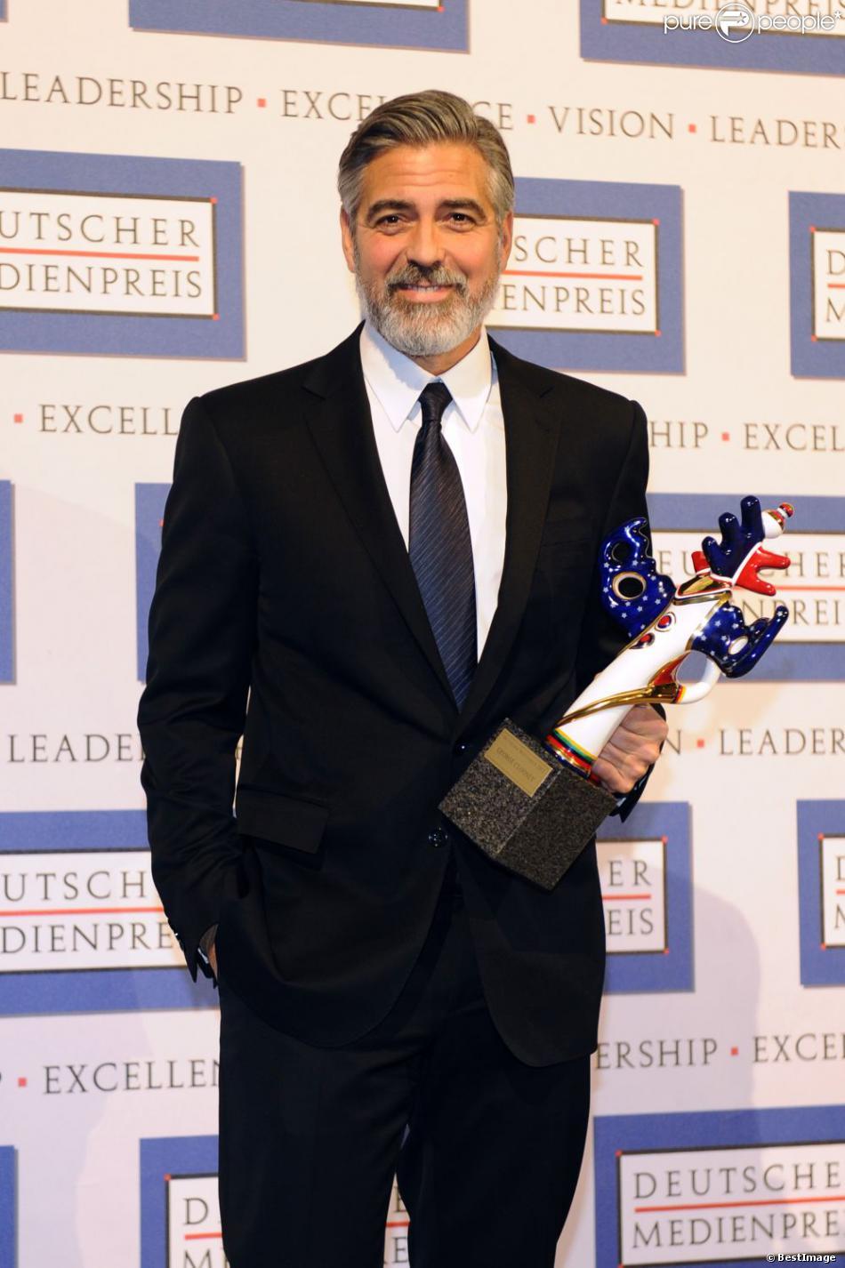George Clooney recevant un prix d'honneur lors du German Media Prize 2012 à Baden-Baden le 26 février 2013