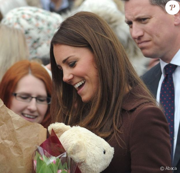 Kate Middleton, enceinte, reçoit un ours en peluche pour sa supposée fille, et se rend au Fishing Heritage Centre à Grimsby le 5 mars 2013.