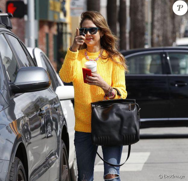 Jessica Alba se trompe de véhicule à la sortie de son café là Santa Monica le 7 mars 2013