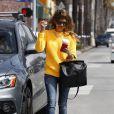 Jessica Alba plaisante avec les paprazzi lorsqu'elle se trompe de véhicule pour se rendre à son bureau de Santa Monica le 7 mars 2013