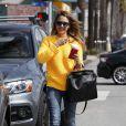 Jessica Alba, lookée et matinale laisse la fatigue la tromper à Santa Monica le 7 mars 2013