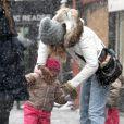 Sarah Jessica Parker sous la neige avec ses filles Marion et Tabitha à New York, le 8 mars 2013.