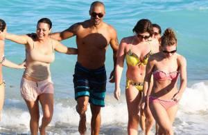 Shemar Moore à la plage : Aux côtés de superbes naïades, la star en profite...