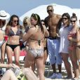 "Quand Shemar Moore n'est pas sur le tournage de la serie ""Esprits Criminels"", l'acteur se repose en profitant de la plage et du soleil de Miami. L'acteur aime montrer ses muscles et ses tatouages aux nombreuses fans qui l'admirent. Miami, le 8 mars 2013 51033150 'Criminal Minds' actor Shemar Moore does what he does best when not acting, flaunting and flexing the day away on the beach in Miami, Florida on March 8, 2013. Moore was generous as usual in sharing his sexiness with female beachgoers and even treated fans and photographers with an impromptu dip in the water while still wearing his pants and leather belt over his swimsuit. Later, Shemar had the ladies going wild and posed for pictures with a variety of bikini-clad beauties before fulfilling the dreams of one special beachgoer by getting cuddly with her in the warm ocean waters.08/03/2013 - Miami"