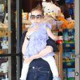Amy Adams, son fiancé Darren Le Gallo et leur adorable fille Aviana sont allés faire du shopping dans un magasin de jouets à Beverly Hills. Le 9 mars 2013.
