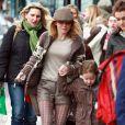 Sexy en short, Geri Halliwell et sa fille Bluebell Madonna après l'école dans les rues de Londres, le 11 mars 2013.