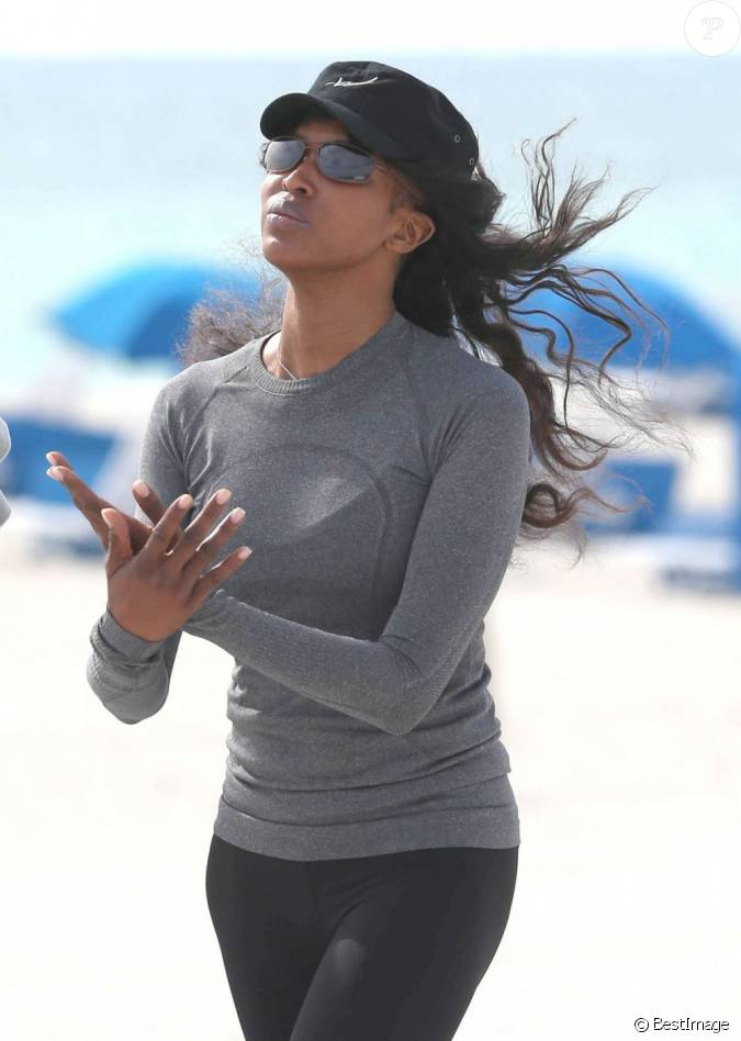 naomi campbell fait du sport sur une plage miami le 13 mars 2013. Black Bedroom Furniture Sets. Home Design Ideas