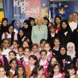 La duchesse de Cornouailles, Camilla Parker Bowles, a visité une école de filles durant sa visite à Doha, capitale du Qatar, le 14 mars 2013. Elle a pris la pose pour une photo souvenir.