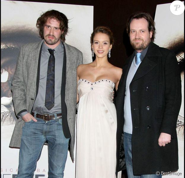 Jessica Alba entourée des réalisateur David Moreau et Xavier Palud, lors de l'avant-première de leur film The Eye à Paris le 4 mars 2008