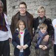 """"""" Le prince Constantijn des Pays-Bas, la princesse Laurentien et leurs deux grands enfants la comtesse Eloise et le comte Claus-Casimir ont contribué le 16 mars 2013 au ménage de printemps du Musée Porte des Prisonniers à La Haye, dans le cadre de la 9e Journée du bénévolat (NL Doet). """""""