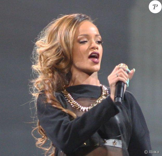 Rihanna, ultrasexy tout en Givenchy haute couture lors de son concert au Bell Centre à Montreal. Le 17 mars 2013.