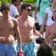 Patrick Schwarzenegger se baigne avec des amis lors de ses vacances à Miami, le 24 mars 2013.