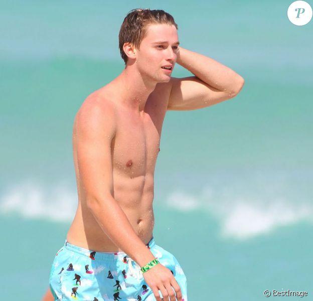 Patrick Schwarzenegger, 19 ans, se baigne avec des amis lors de ses vacances à Miami, le 24 mars 2013.
