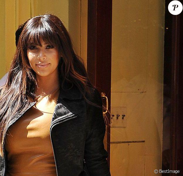 Kim Kardashian enceinte, habillée d'une veste et d'une robe en cuir Kanye West et de sandales Gucci, quitte le restaurant Cirpiani. New York, le 26 mars 2013.