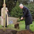 Le prince Charles plantait le 27 mars 2013 dans les jardins botaniques royaux de Kew un jeune chêne à la mémoire de la biologiste kenyane Wangari Maathai Muta, Nobel de la Paix 2004, décédée en septembre 2011.