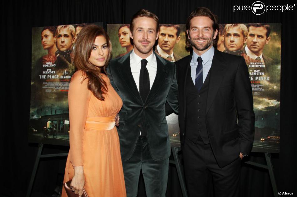 Eva Mendes, Ryan Gosling et Bradley Cooper posent lors de la première de The Place Beyond the Pines à New York, le 28 mars 2013.