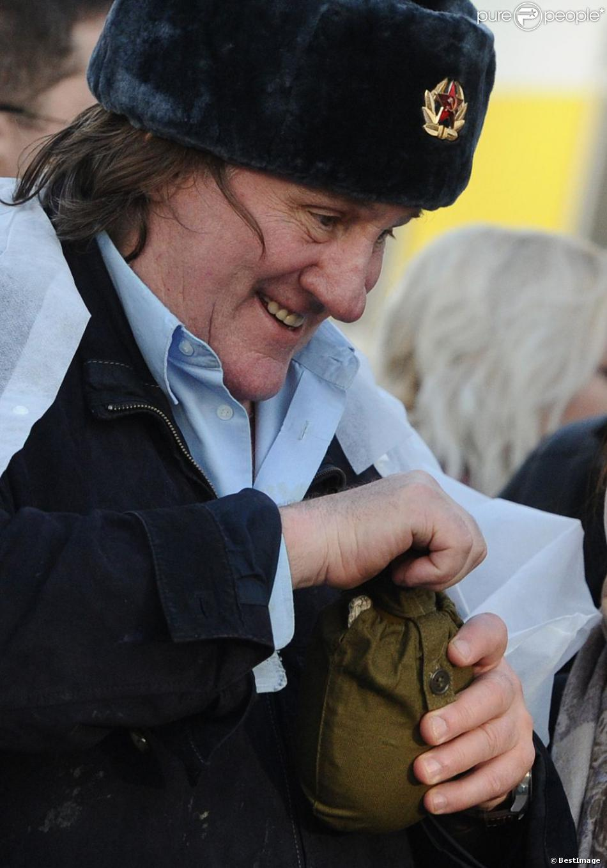 Gérard Depardieu rencontre les commerçants de son quartier à Saransk le 24 février 2013.