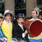"""Steve Buscemi : Le """"cousin"""" parade bruyamment avec Vampire Weekend pour Pâques"""