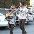 Elsa Pataky et Chris Hemsworth et leur jolie petite fille India à Venice (Californie), le 31 mars 2013.