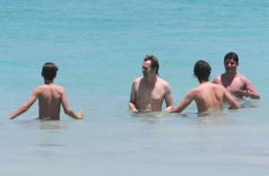 Gary Oldman : Sous le soleil et dans l'eau avec sa femme et ses grands garçons