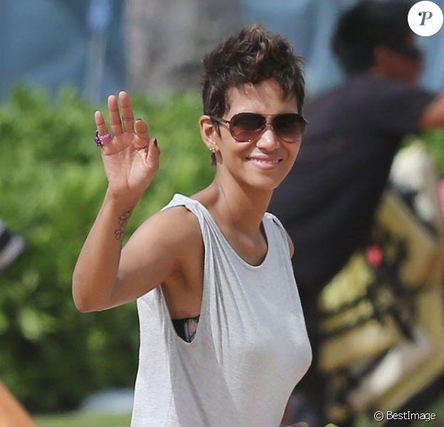 Olivier Martinez, Halle Berry et sa fille Nahla en vacances sur une plage d'Hawai le 27 mars 2013. La sublime actrice attend son deuxième enfant.