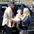 Jessica Simpson, son fiancé Eric Johnson et leur petite Maxwell dans les rues de Calabasas, samedi 6 avril 2013.