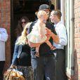 Jessica Simpson, son fiancé Eric Johnson et leur petite Maxwell dans les rues de Calabasas ce samedi 6 avril 2013.